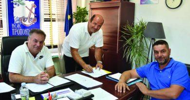 Υπεγράφησαν οι συμβάσεις για την κατασκευή δύο γηπέδων 5Χ5